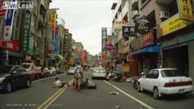 อยากได้เงิน! เด็กชาวจีน วิ่งชนมอเตอร์ไซค์ล้ม