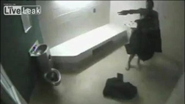 นักโทษเมายา มุดส้วมหนีคุก