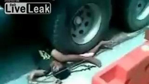 อุบัติเหตุสยอง รถสิบล้อทับ แต่ยังไม่ตาย