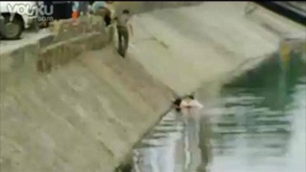 ช่วยสาวตกน้ำ แต่คนช่วยขึ้นไม่ได้