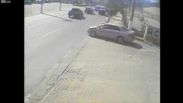อุบัติเหตุสยอง มอเตอร์ไซค์ชนรถเก๋ง