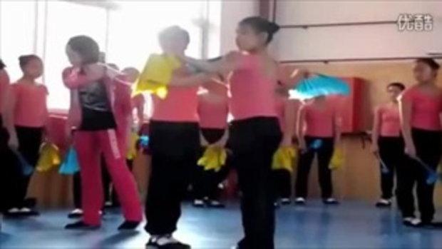 เป็นงง! นักเรียนจีนเศร้า หลังครูสอนเต้นรำที่ดุด่า-ตบตี ถูกไล่ออก