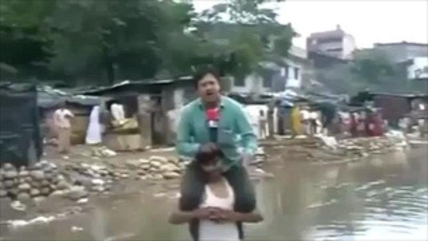 ไล่ออกแล้ว ! นักข่าวอินเดียขี่คอผู้ประสบภัยรายงานข่าว