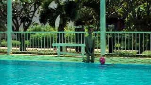 สาวน้อยว่ายน้ำ