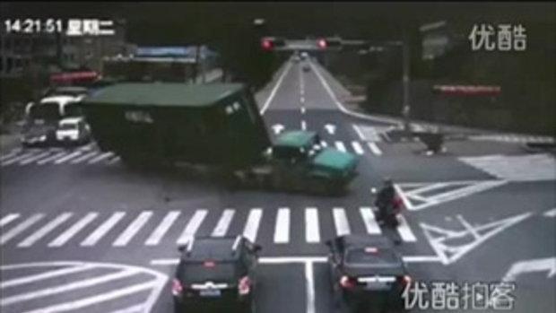 หวิดโดนทับตาย! รถบรรทุกคอนเทนเนอร์เหวี่ยงล้มกลางถนนที่จีน