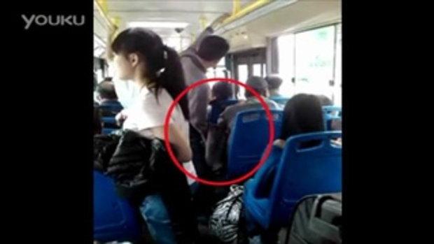 เนียน! หัวขโมยจีนพยายามล้วงประเป๋าในรถบัส