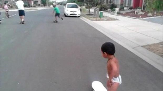 คลิปเด็ก 2 ขวบ โชว์เทพ เล่นสเก็ตบอร์ด