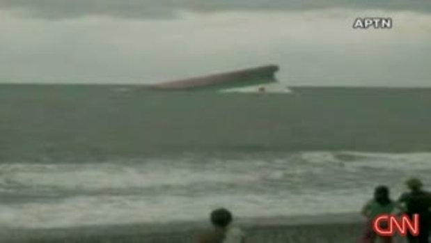 ภาพเรือเฟอรี่คว่ำกลางทะเล