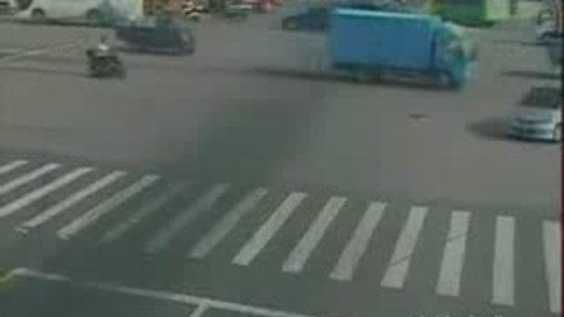 อุบัติเหตุ ที่จีน รถบรรทุกคว่ำทับรถเก๋งสยอง