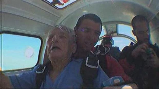 คุณปู่วัย 99 โดดร่ม โห้สุดยอด