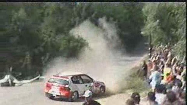 คลิปรถแข่งเสียหลักพุ่งชน รอดตายวุดหวิด
