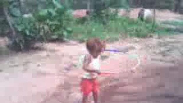เด็กเล่นฮูล่าฮูบ