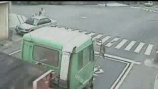 ออกรถไม่เห็นคนข้ามถนน...!