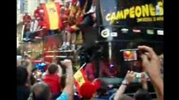 ทีมชาติสเปน หงายหลังตกรถฉลอง