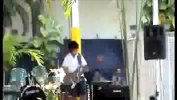 8- years-old kid solos guitar/ Europa Santana