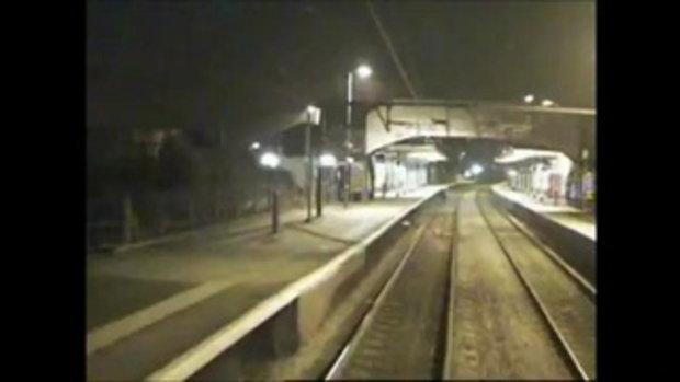 เสียว! กระโดดข้ามทางรถไฟ