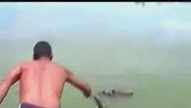 โคตรเลว! ทิ้งเด็กลงแม่น้ำ