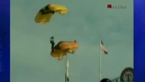 กระโดดร่ม พลาดติดเสาธง!!