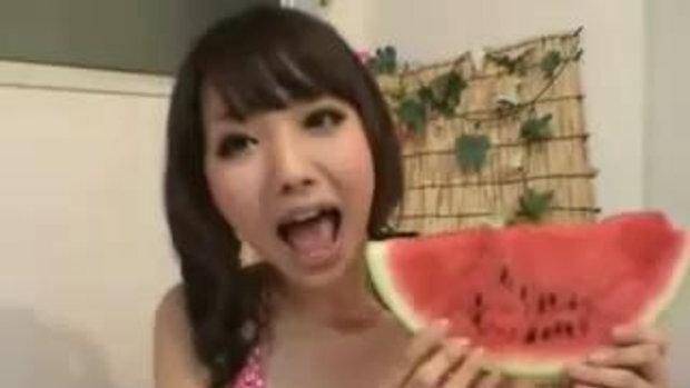 สาวยุ่น โชว์กินแตงโม ลูกโตภายใน 10 วินาที