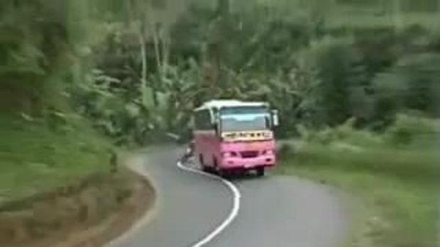 อุบัติเหตุมอเตอร์ไซค์ แซงรถเมล์ทางโค้งคาที่