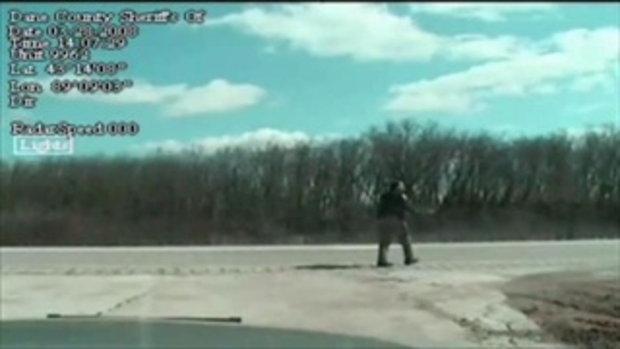 ซิ่งรถหนี..ชนตำรวจ สยอง!!
