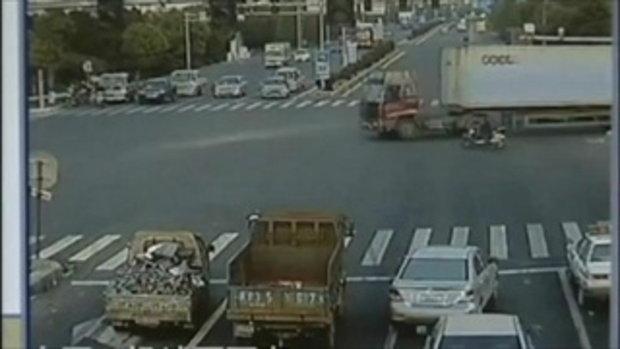 สุโค้ย! รถบรรทุกทิ้งโค้ง ที่จีน