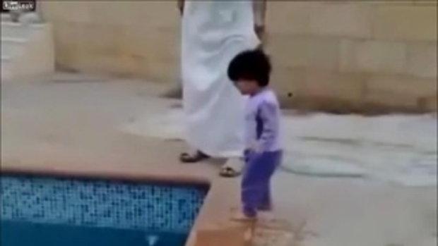 สอนเด็กว่ายน้ำ...ทรมานเกิน!!