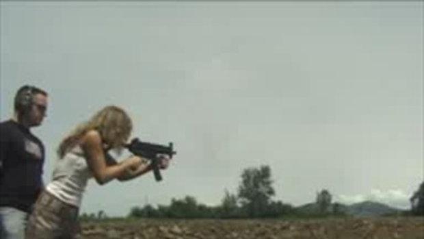 เห็นสาวคนนี้ซ้อมยิงปืนแล้วอิจฉาง่ะ