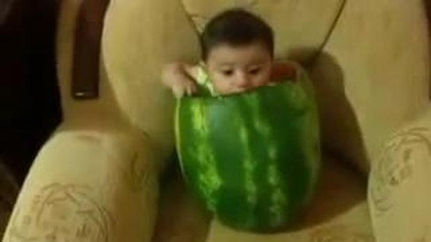 เด็กกินแตงโม กินแบบนี้น่ารักมั้ย