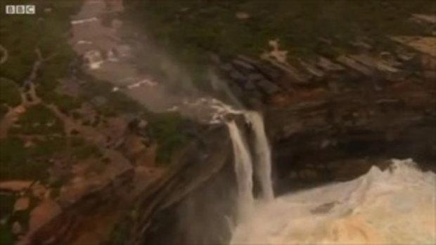 ทึ่ง! น้ำตก ถูกลมพัดขึ้นฟ้า แบบนี้เคยเห็นไหม