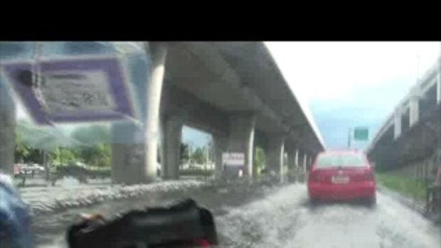 น้ำท่วมปทุมธานี-ถนนใต้ทางด่วน สะพานแก้วรังสิต-16ตุลาคม2554