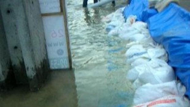 วิธีป้องกันน้ำท่วมตลาดสี่มุมเมืองโดยพนักงานใจดีทุกคน