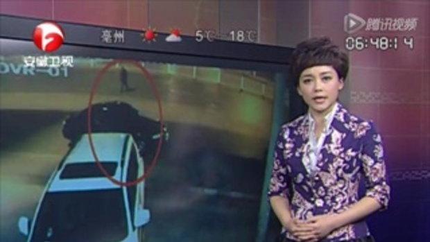สุดอนาถ! ชายจีนเมา กลางถนนโดนรถทับ ไร้คนสนใจ