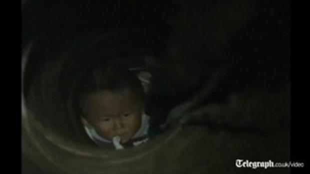 เด็กจีนตกท่อ ใช้ไอโฟนช่วยได้!!