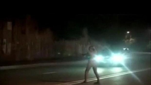 สาวเมายาแก้ผ้า โดนตำรวจจับมัดเสา