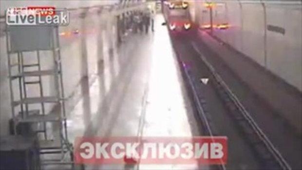 ออกไม่ทัน! คุณลุงโดนประตูรถไฟฟ้าหนีบ