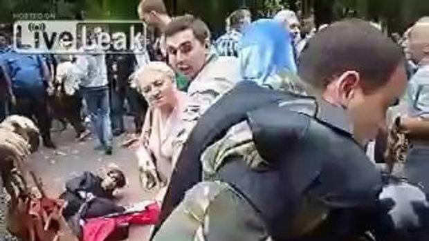 ตำรวจรนจัดฟาดกระบองมั่วใส่ผู้หญิงซะงั้น