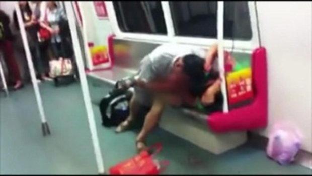เลือดอาบ! หนุ่มจีนแย่งที่นั่งกันบนรถไฟฟ้า
