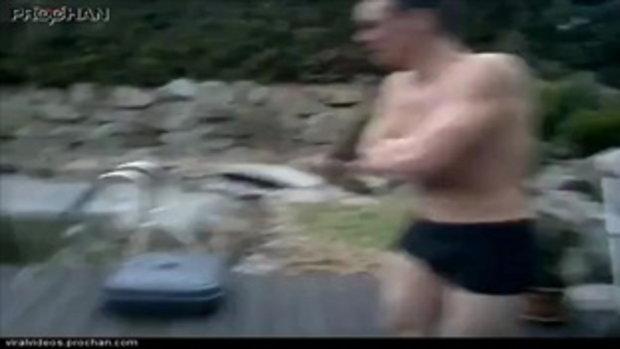พิสดาร!! ชายหนุ่มโชว์กระโดดลงสระน้ำแข็ง แต่แล้ว....