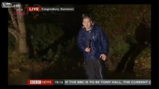 นักรายงานข่าว BBC News ปล่อยไก่ทำแบตไมค์ร่วงแล้วยังพูดต่ออีก