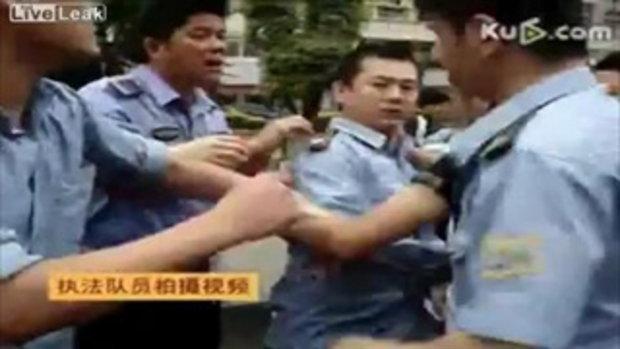 หนุ่มจีนใช้ค้อนทุบเทศกิจ เพราะโดนพังร้าน