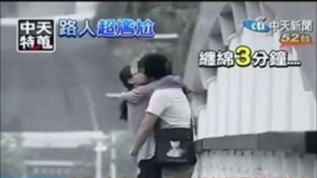 หนุ่มสาวจีน ทำอนาจารริมถนน