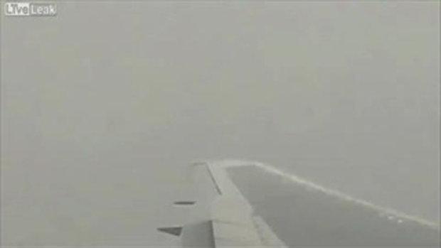 ฟ้าผ่าปีกเครื่องบินกลางอากาศ