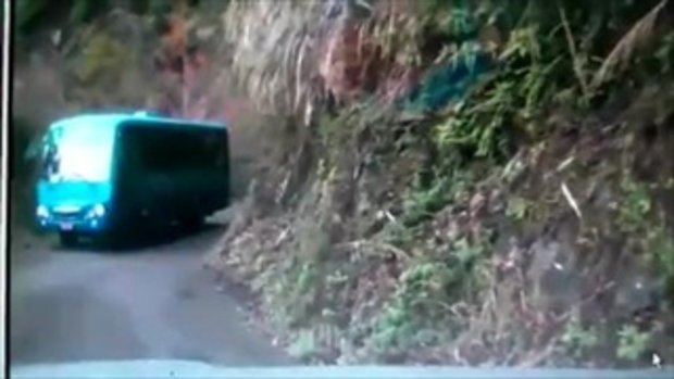 อุบัติเหตุสยอง รถตกเขา รถบัสถอยหลังตกเขา