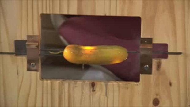 สาธิตเทคโนโลยี OLED ด้วยแตงกวาดอง