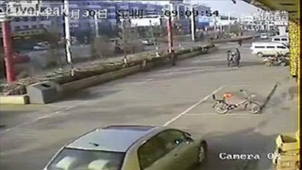 หญิงสาวชาวจีนถูกแทงตาย ท่ามกลางคนที่มุงดู