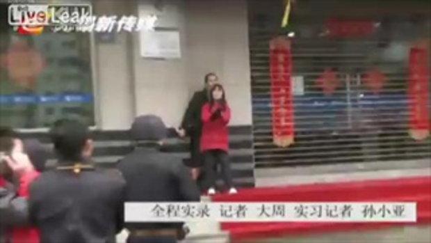 ระทึก! หนุ่มคลั่งใช้มีดจี้สาวเป็นตัวประกัน ที่จีน