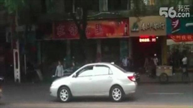 กังฟูไฟต์ชีวิตจริง 2 อาตี๋จีน ดวลมีดกลางถนน