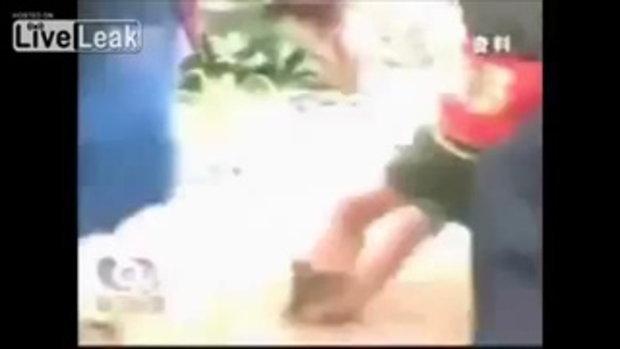 ระทึก ! คลิป จนท. สวนสัตว์จีนยื้อ-ตีสิงโต งับเด็ก 4 ขวบไม่ปล่อย