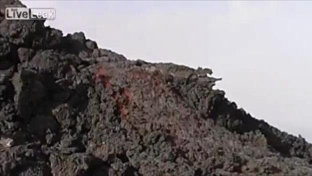 ระห่ำแตก! วิ่งเหยียบลาวาที่กำลังไหลปะทุบนภูเขาไฟ